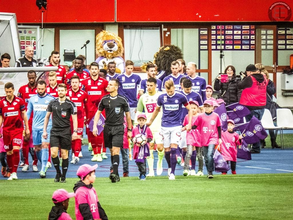 Einlauf der Mannschaften beim Spiel FK Austria Wien - SKN St. Pölten