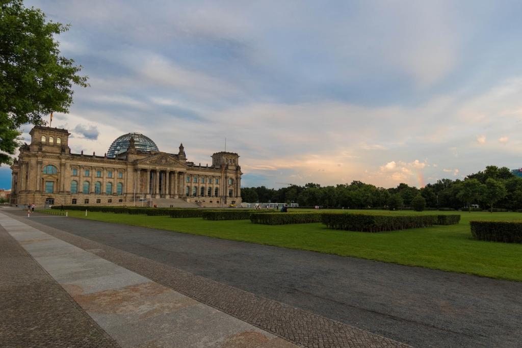 Reichstag mit Regenbogen in Berlin