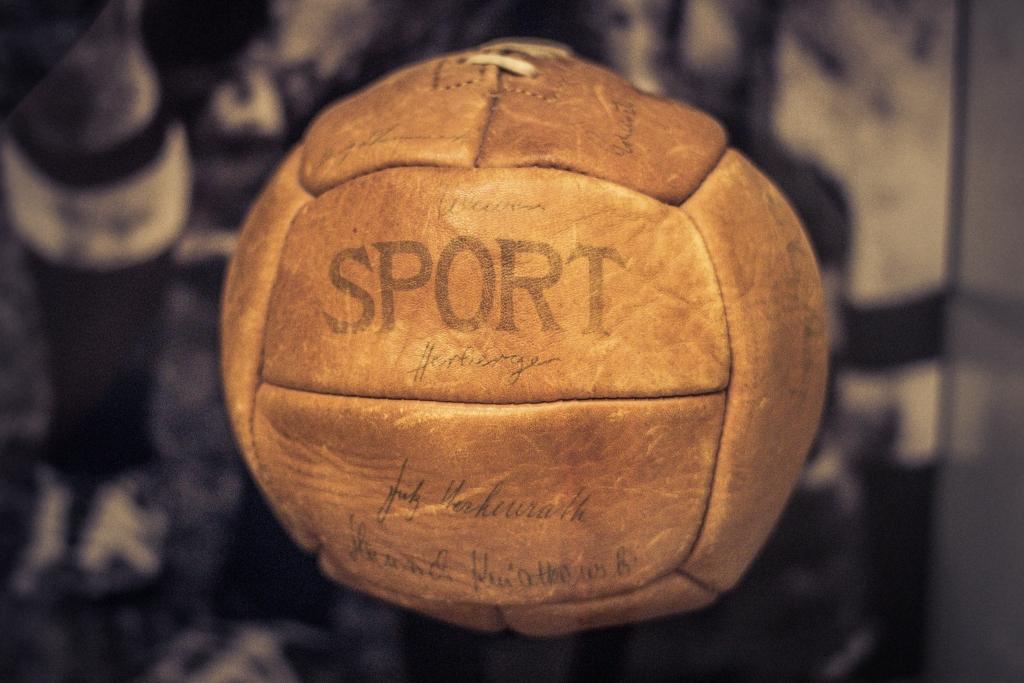 Ball der WM 1954 mit Originalunterschriften im Deutschen Historischen Museum