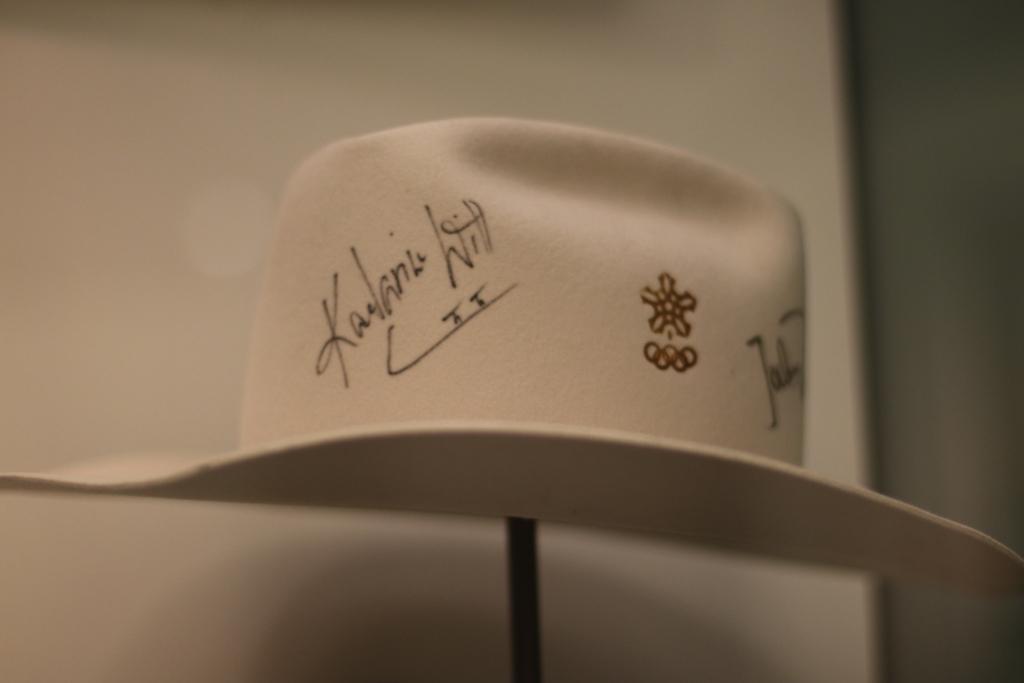 Hut zu Olympia 1988 mit der Unterschrift von Kati Witt im Deutschen Historischen Museum