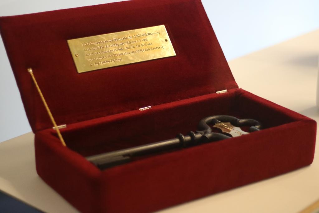 symbolischer Schlüssel zur Wohnungsübergabe im Deutschen Historischen Museum