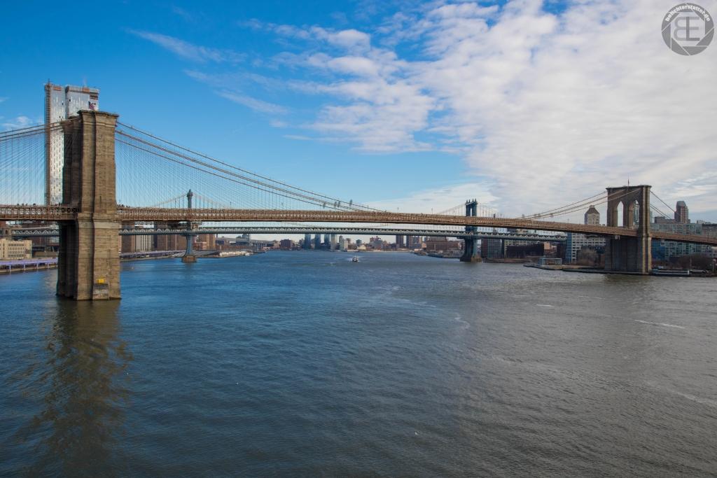 New York City 2019: Brooklyn Bridge von Pier 17 aus