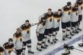 die deutsche Nationalmannschaft bei der Nationalhymne nach dem Spiel U.S.A. - Deutschland (1:2) bei der Eishockey-WM 2017 in Köln
