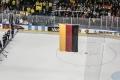 bei der Nationalhymne nach dem Spiel U.S.A. - Deutschland (1:2) bei der Eishockey-WM 2017 in Köln