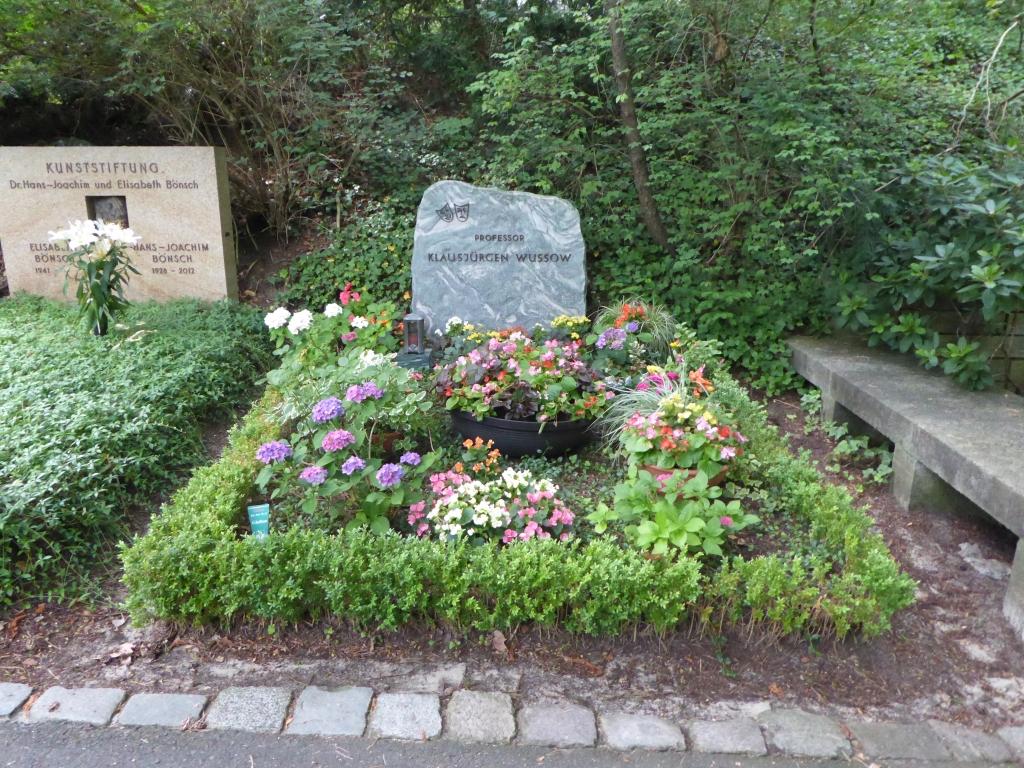 Grab von Klausjürgen Wussow auf dem Waldfriedhof Heerstraße in Berlin