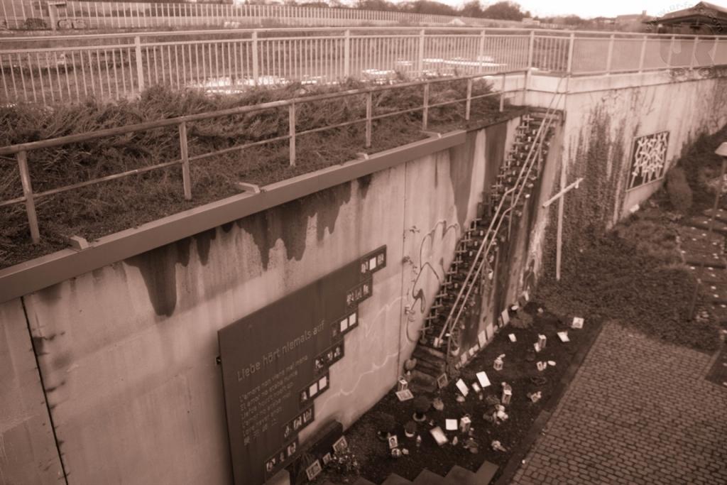 Gedenkstätte-für-die-Opfer-des-Unglücks-bei-der-Loveparade-2010