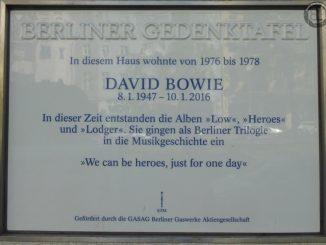Gedenktafel-am-Haus-Hauptstraße-155-in-Berlin-Wohnhaus-von-David-Bowie-und-Iggy-Pop-von-1976-bis-1978